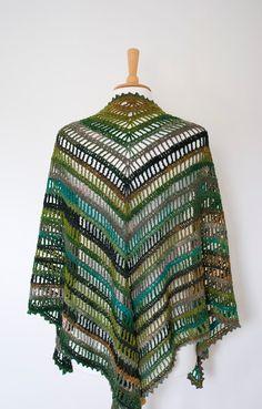 Hoy tengo para ti chal de ganchillo hermoso uno-de-a-kind. Se hace de la fabulosa combinación de lana y nylon que viene en colores vivos que naturalmente de la raya.    Este chal triangular puede ser usado en para mayo diferentes maneras - Envuélvalo alrededor de su cuello, cabeza, hombros o todo al mismo tiempo. ---------------------------------------------------------------------------------------------------------------  Tu artículo será enviado a usted en aproximadamente 2 semanas…