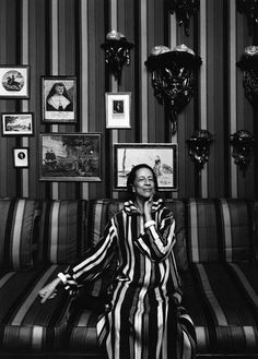 """""""I always wear my sweater back-to-front;"""" Diana Vreeland Photography by Arnold Newman Diana Vreeland, Harper's Bazaar, Still Life Images, Pose, Environmental Portraits, New York, Great Love Stories, Portrait Inspiration, Style Inspiration"""