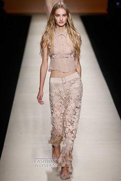 Модные брюки – излюбленная одежда Марлен Дитрих – вот уже почти столетие бьют рекорды популярности, предлагая женщинам выглядеть не только стильно и модно, но и чувствовать себя при этом максимально удобно. Каковы же модные брюки