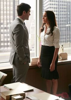 Meghan Markle's on-screen counterpart on Suits, Rachel Zane, is a master of office chic. Here are 10 outfits to inspire your workwear wardrobe! Suits Meghan, Suits Rachel, Meghan Markle Suits, Meghan Markle Style, Sarah Rafferty, Gina Torres, Office Fashion, Work Fashion, Skirt Fashion