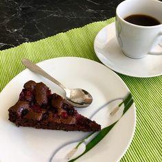 Chocolate sponge cake with currants / Čokoládový piškotový koláč s rybízem Chocolate Sponge Cake, No Bake Desserts, Beef, Baking, Food, Meat, Bakken, Essen, Meals