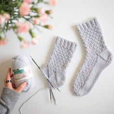 Kuiskaus – Pintaneulevillasukat - Kaupunkilanka Baby Booties Knitting Pattern, Crochet Shoes Pattern, Crochet Socks, Lace Knitting, Diy Crochet, Knitting Socks, Knitting Patterns, Crochet Patterns, Fingerless Mittens