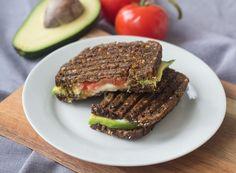 Her er den lækreste opskrift på skønne vegetariske rugbrødspanini med avokado og mozzarella.