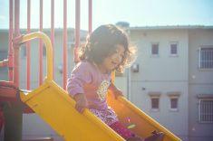 小さな女の子がスライド stock photo