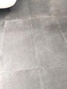 Als je zoals hier werkt met grote, langwerpige formaten op de vloer zal je je ruimte optisch vergroten.