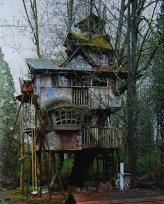 Self Architecture — fuckyeahabandonedthings: Abandoned tree house This Old House, My House, Abandoned Buildings, Abandoned Places, Abandoned Castles, Haunted Places, Abandoned Mansions, Old Buildings, Magical Tree