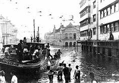 Enchente de 1941. Ao fundo, a Prefeitura está à esquerda, e o Mercado Público está à direita