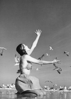 Model is wearing bathingsuit by Youngthings Daytona Beach, Florida, March 1946 Photo Richard Avedon Martin Munkacsi, Famous Photographers, Portrait Photographers, Black White Photos, Black And White Photography, San Antonio, Photografy Art, Richard Avedon Photography, Bikini Rouge