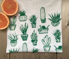 Plantes succulentes sérigraphié torchon coton sac de farine - cuisine Art - 28 x 29 pouces par PaulaLukeyDesign sur Etsy https://www.etsy.com/fr/listing/249160847/plantes-succulentes-serigraphie-torchon