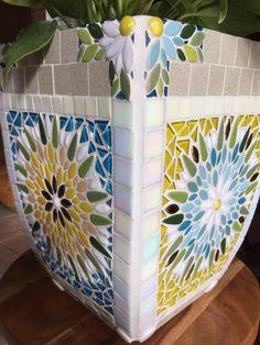 Mosaic Planters, Mosaic Vase, Mosaic Crafts, Mosaic Projects, Diy Tutorial, Flower Pots, Vases, Decorative Boxes, Tutorials