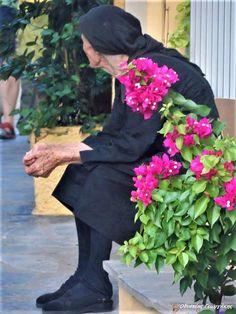 33 συγκινητικές φωτογραφίες ανθρώπων που έμειναν πίσω στο χωριό – Kliktv.gr Old Couples, Fast Times, Greek Islands, Old Women, Beautiful People, Culture, In This Moment, Female, Photography