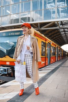 outfit: karierte Hose, Trenchcoat und Berliner S-Bahn – nachgesternistvormorgen Berlin Street Style, S Bahn, Red And White, Duster Coat, Jackets, Outfits, Beautiful, Collection, German