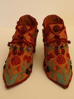 embroidered shoes.... wow!  Gold with green, red, and black (embroidered?) design and red ties