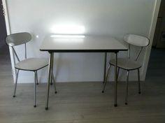 Tafeltje met 2 stoelen. Prijs: € 30,00