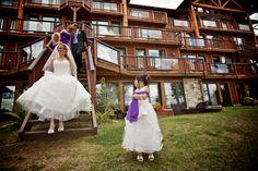 Tout le cortège d'honneur accompagne la mariée à la sortie de sa suite, pour se rendre sur la plage... #condos #mariage #lanaudière