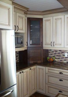 Le m lange du bois et des armoires blanches ajoute de la for Armoire de cuisine rustique