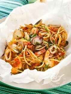 Baked spaghetti with seafood - Gli Spaghetti al cartoccio ai frutti di mare sono una preparazione appetitosa e salutare, data la genuinità di questa particolare tecnica di cottura. #spaghettifruttidimare