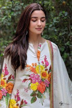 Alia Bhatt wears a printed cotton kurta pyajama with a chanderi dupatta. The ensemble is detailed with Tilla borders from… Bollywood Stars, Bollywood Fashion, Bollywood Images, Bollywood Celebrities, Bollywood Actress, Pakistani Actress, Indian Celebrities, Aalia Bhatt, Alia Bhatt Cute