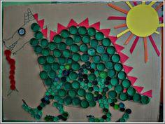 Taps de plàstic, drac, Sant Jordi, tapones de plàstico, decoració d'escola.  Reciclando tapones de plastico. Recycling plastic caps. Saint George's dragon