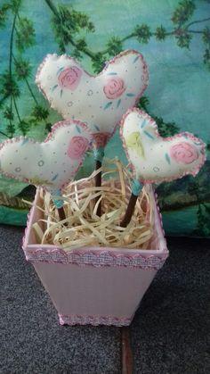 ♡ lindo arranjo de corações  Obs: o vaso é de papelão encapado    com papel adesivo ♡