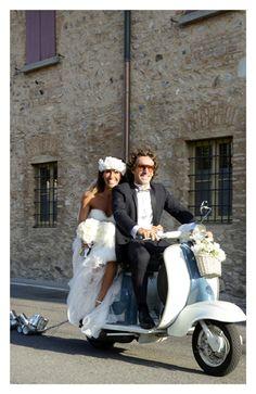 sposi in vespa anni 50 - foto di matrimonio non in posa realizzata da Veronica Masserdotti maisonstudio Crazy Wedding, Wedding Day, Vespa Wedding, Best Wedding Planner, The Most Beautiful Girl, Couple Posing, Marie, Destination Wedding, Wedding Decorations