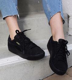 Sieht man immer häufiger auf der Straße, von daher auch ein Trendschuh 2017. Der Puma Vikky Schuh mit dickerer Sohle. Sieht lässig aus und lässt sich cool kombinieren! Aufjedenfall ein Hingucker. Ein Auswahl an diversen Farbmustern findet ihr auf Amazon!