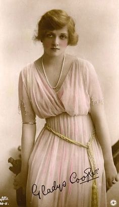 She really looks like Princess Di here! Vintage Photos Women, Vintage Photographs, Vintage Images, Vintage Ladies, Classic Actresses, English Actresses, Old Hollywood Stars, Classic Hollywood, Edwardian Fashion