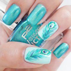 """Ich nehme an der #frischlackiertchallenge von Steffi Frischlackiert teil✌ Das heutige Motto lautet """"Feder"""", passend dazu habe ich ein paar Pfauenfedern gepinseltIch hoffe es gefällt euch! Lack: 890 lost in paradise von p2 #nagellackidee #nagellack #notd #nailart #naildesign #nailsofinstagram #instanails #nails #nailpolish #peacock #peacocknails #pfau #türkisenägel #feder #feather #pfauenfeder #frischlackiert #mintnails"""