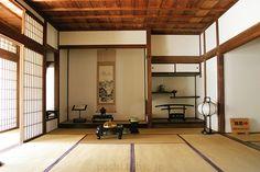 書院造り(ショインヅクリ)  桃山時代に完成した武家建築様式のこと。襖、障子、舞良戸が用いられ、主室には、床の間、付書院、飾り棚が設けられている。