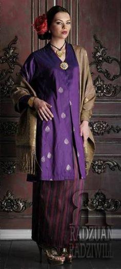 Pakai Baju kancing suasa # Tenunan indah mahal sekali # Pakaian itu lambang budaya# Cantik terserlah hiasan diri.