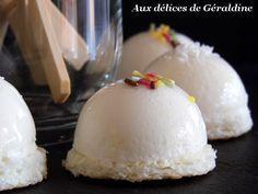 Ingrédients pour 25 minis bavarois selon la taille (ici moule demi-sphère 4 cm) : Pour le biscuit dacquoise à la noix de coco : 60 g noix de coco râpée 60 g sucre glace 3 blancs d'oeufs 15 g de farine Pour la mousse ananas : 160 g d'ananas mixé (en boite ou frais) 50 g de mascarpone 10 cl de crème liquide à 30% 70 g de sucre glace 2.1/2 de gélatine Pour la finition : 15 cl de sirop d'ananas en boite ou à défaut eau + sucre + vanille 3 feuilles gélatine Noix de coco râpée Vermicel