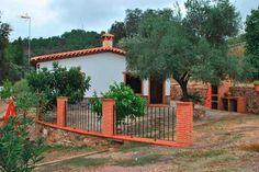 """SANTA ANA LA REAL. Casa rural """"Finca Fuente del Venero"""". Dispone de tres dormitorios, baño adaptado a minusválidos, salón cocina con chimenea, un maravilloso porche con barbacoa, zona con columpios y vistas preciosas del Parque Natural de Sierra de #Aracena y #Picos_de_Aroche, así como zonas para pasear. #Huelva http://www.fotoalquiler.com/fuentedelvenero"""