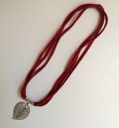 Collar tela roja con colgante hoja por Elbauldelaschuladas en Etsy