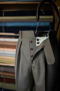 Pantalones con botones Button fly trousers with reverse pleats Men Trousers, Tailored Trousers, Slacks, Men's Pants, Bespoke Suit, Bespoke Tailoring, Altering Pants, Suit Fashion, Mens Fashion