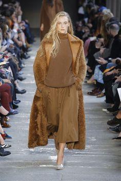 Max Mara Automne/Hiver Womenswear - Fashion Week, Page 13 ( France - look Max Mara, Runway Fashion, Fashion Show, Womens Fashion, Fashion Design, Milan Fashion, Milano Fashion Week, Brown Dress, Business Fashion