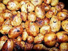 Cartofi noi cu usturoi, la cuptor Hungarian Recipes, Romanian Recipes, Tzatziki, Romanian Food, Cabbage, Potatoes, Vegetables, Cooking, Rice