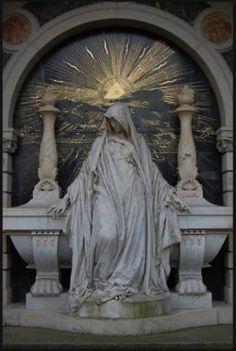 All-Seeing Eye, Babylonian sun rays (Satan worship), two Masonic pillars of Solomon (represents occult wisdom)