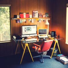área de trabajo y oceo con sillón cómodo todo lo necesario sobre la mesa escritorio de vidrio junto a la ventana.