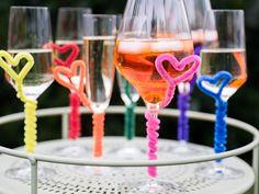 """Sie haben Gäste zu einer Party eingeladen, aber es herrscht das große """"Wem gehört welches Glas""""-Chaos? Mit bunten Pfeifenreinigern können Sie das Problem im Handumdrehen lösen. Wie, sehen Sie in unserem Video"""