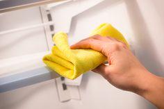 Cómo quitar el mal olor del refrigerador. Vas a necesitar: Una bolita de algodón Y Esencia de Vainilla.Primero realiza una limpieza profunda; revisa lo que se encuentra en buenas condiciones y desecha aquellos alimentos que ya no se encuentren en buen estado.Limpia anaqueles y cajones.Utiliza una bola de algodón y empápala con vainilla.Colócala en un platito para que la metas al refri. Esto va a absorber los demás olores y va a despedir un rico aroma.