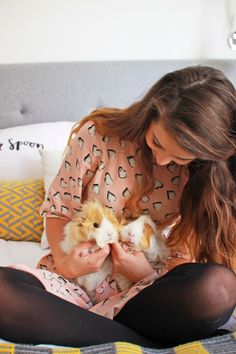 Zoella with her guinea pigs Pippin & Percy! British Youtubers, Best Youtubers, Zoella Beauty, Tanya Burr, Zoe Sugg, Dan And Phil, Celebs, Celebrities, My Guy