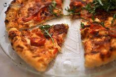 O reteta infailibila de pizza rustica la cuptor, cu un aluat subtire si crocant asa cum se mananca in Italia. Pizza Rustica, Creme Caramel, Vegetable Pizza, Good Food, Cheese, Vegetables, Gem, Italia, Kitchens