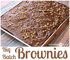 Big Batch Brownies ~ NEW Big Batch Brownies - Fudgey and deeply chocolate, these brownies pay homemage to cafeteria ladies in days of old and make plenty to share! Best Brownie Recipe, Brownie Recipes, Cookie Recipes, Dessert Recipes, Large Batch Brownie Recipe, Baking Recipes, Cupcakes, Cake Cookies, Cookies Et Biscuits