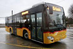 PostAuto MB C2 K vom PU Eurobus, Erlach am 10.2.19 beim Bhf Ins. Post Bus, Busse, Long Distance, Mercedes Benz, Coaching, Poster, Trunks, Urban, City