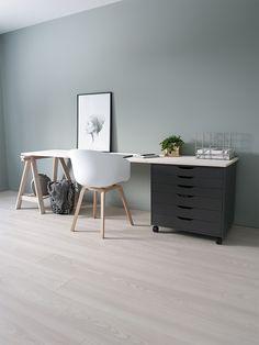 Hjemme hos Andrea Bildet er fra Andrea sin egen kolleksjon. Skuffeseksjon og benbukk er fra IKEA, stol fra HAY og benkeplate er en hobbyplate i furu som er beiset med to strøkLADY Pure Nature Interiørbeis9036 Hvitkalket. Office Desk, Bedroom, Ikea, Furniture, Home Decor, Beige, Desk Office, Decoration Home, Desk