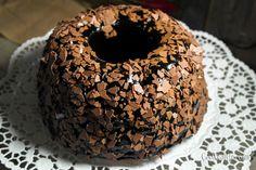 Ένα κέικ καρότου διαφορετικό από αυτά που έχουμε συνηθίσει, χαριτωμένο και γουστόζικο. Συνδυασμένο με άφθονη σοκολάτα που ταιριάζει τέλεια με το μικρό μυστικό που κρύβει μέσα του. Coffee Cake, Doughnuts, Chocolate, Sweet, Desserts, Food, Candy, Tailgate Desserts, Meal