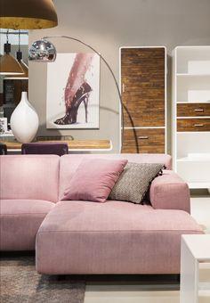 Comfortabele lounge hoekbank met fijne kussens en vintage booglamp.  Zen Lifestyle is gevestigd in Wijchen bij Nijmegen en heeft showroom van 10.000 m². Natuurlijk vind je in onze winkel onze eigen producten, zoals ons aanbod vintage en retro banken, onze topsellers, zoals het vintage tv-dressoir Stan. Maar ook hebben wij de mooie collectie van Zuiver en Duchtbone en vind je er nog veel meer topmerken, zoals Be Pure, JouwMeubel, UrbanSofa, Fatboy, Makkii, Woood etc.
