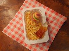 """Deze traktatie """"Happy Meal"""" is makkelijk te maken, kan glutenvrij gemaakt worden en is leuk om uit te delen in de klas. Uitdelen kan door jongens en meisjes"""
