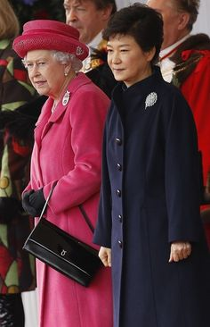 Queen Elizabeth II hosts a ceremonial welcome for visiting President of South Korea, Park Geun-Hye at Horseguards Parade on November 2013 in London, England. Hm The Queen, Save The Queen, King Queen, President Of South Korea, Korean President, Hindus, Korean Princess, Royal Engagement, Korean Dress