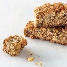 Seed and oat rusks. About to veganized this recipe Healthy Breakfast Snacks, Healthy Treats, Healthy Cake, Scones, Kos, Rusk Recipe, Ma Baker, Baking Recipes, Cake Recipes